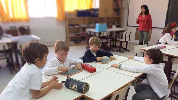 ALUMNOS DE PRIMARIA EN CLASE DE INGLES
