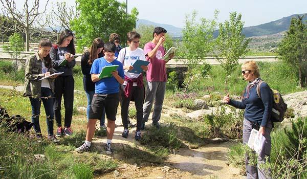 Los alumnos de 4º de ESO del Colegio Arturo Soria dan una clase de Biología en la sierra de la Cabrera