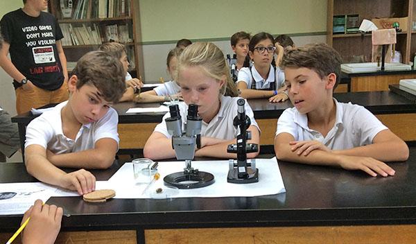 Los alumnos de 4º de Secundaria hacen de profesores en 5º de Primaria