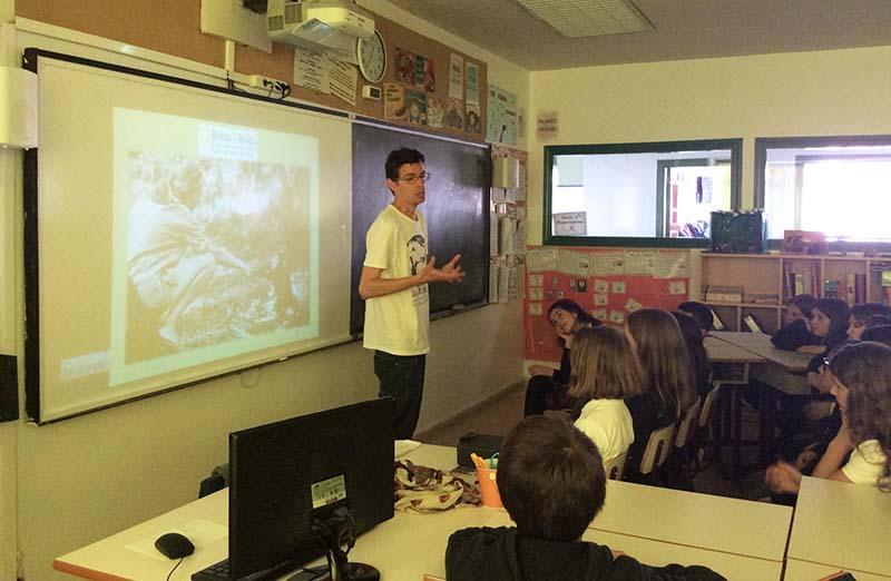 Responsable de Roots & Shoots da una charla a alumnos del Colegio Arturo Soria