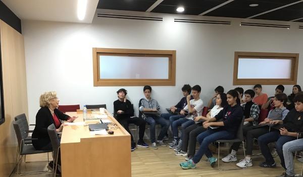 Manuela Carmena imparte una charla de gestión urbana a 3º de Secundaria